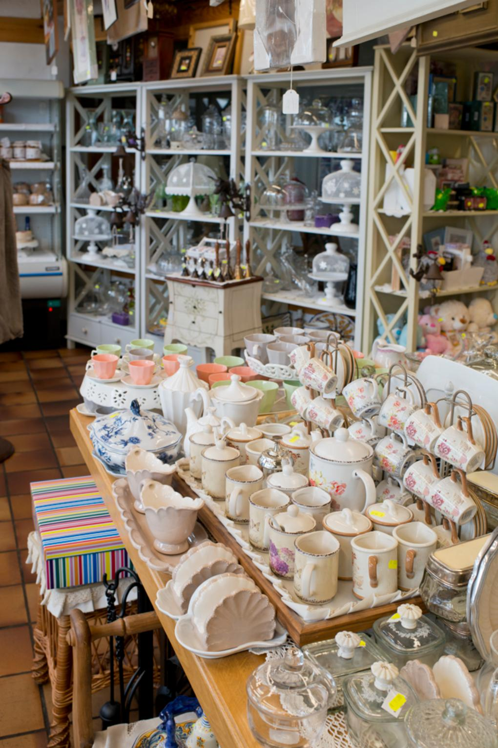 Mantillas, vajillas, utensilios de cocina... casi de todo se puede encontrar en esta coqueta tienda.