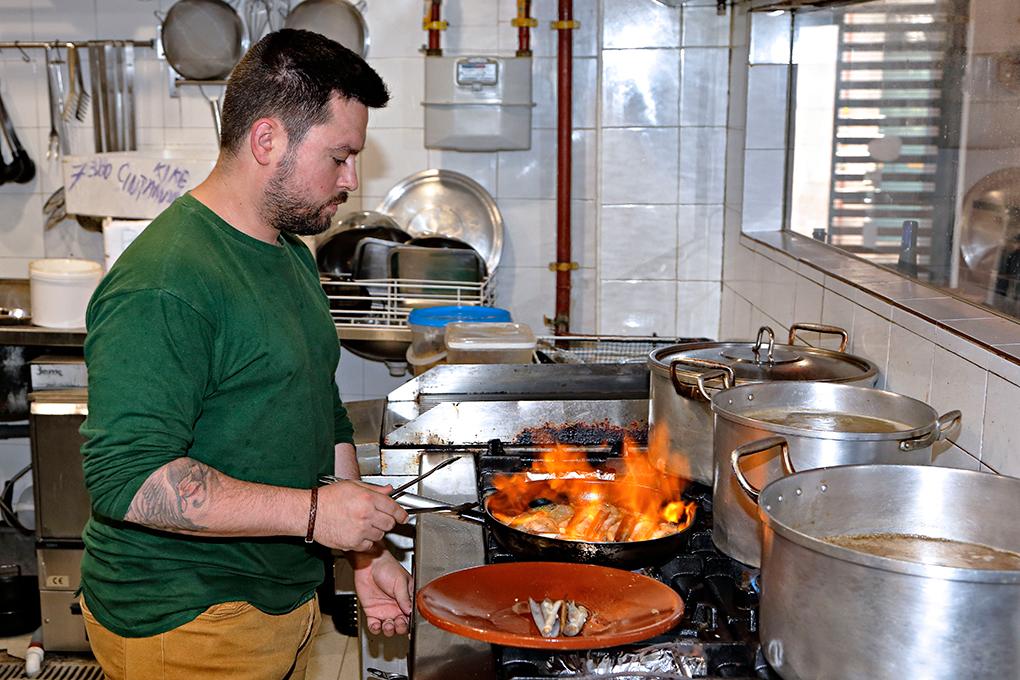 Manuel cocinando