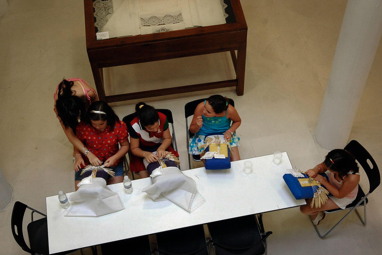Niñas en el taller del Museo Municipal del Encaje y la Blonda