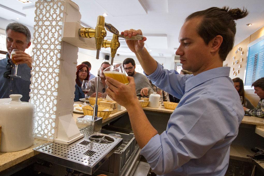 La esquina de Javi, sirviendo cerveza