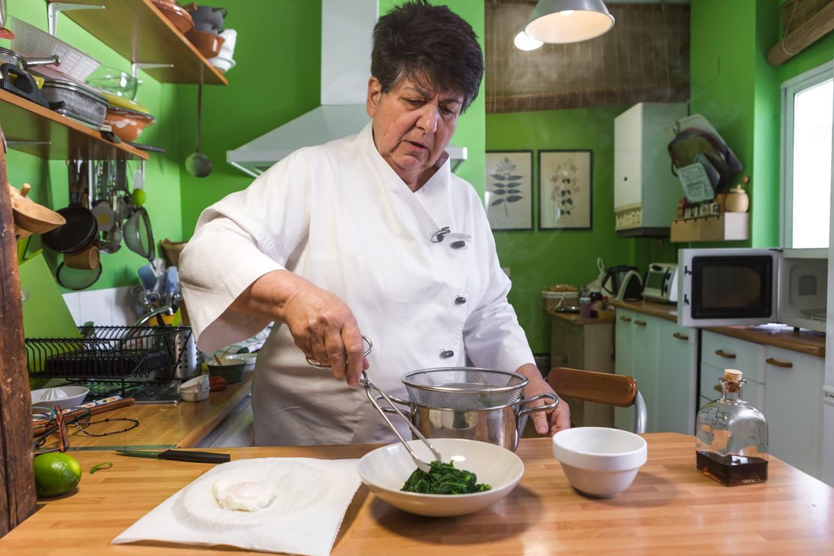 Rosa Tovar preparando la receta. Foto: David de Luis