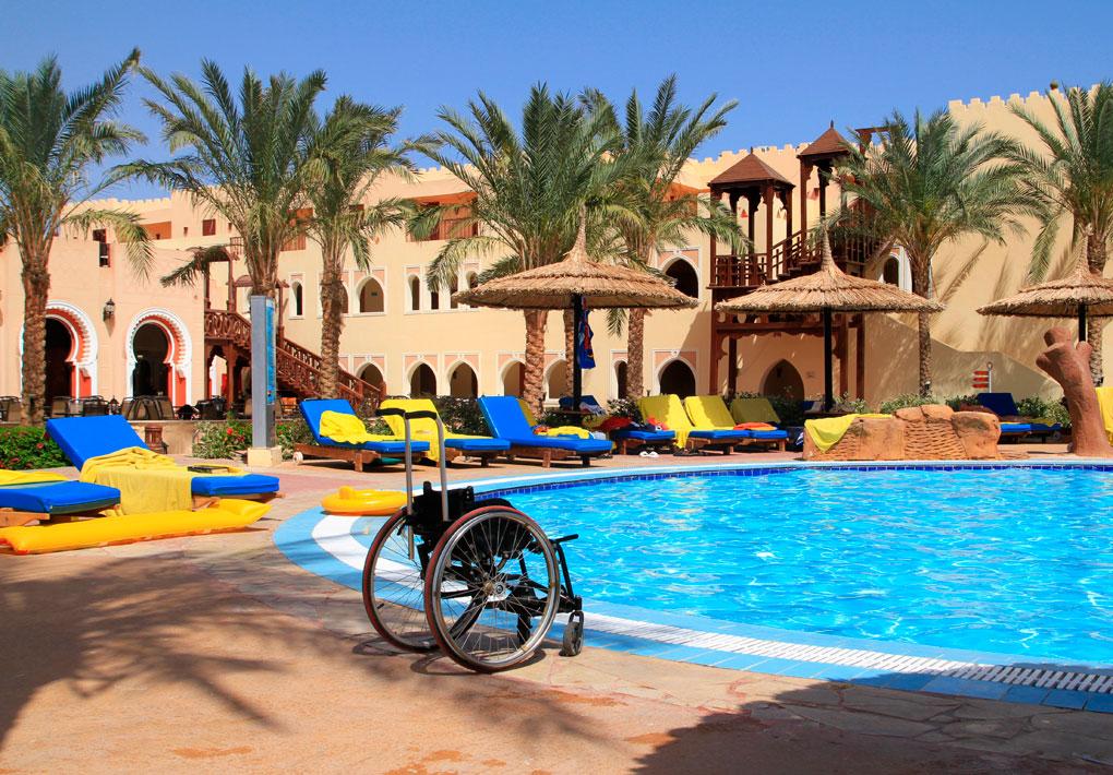 Piscina y silla de ruedas