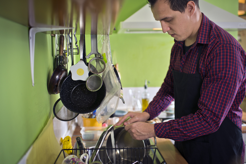 Hoy cocinan ellos: Fregando. Foto: Sofía Moro