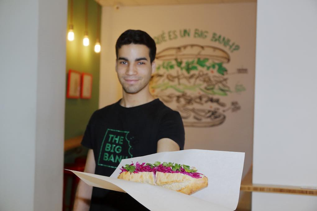 Camarero del Big Banh, Madrid, con bocata. Foto: Roberto Ranero