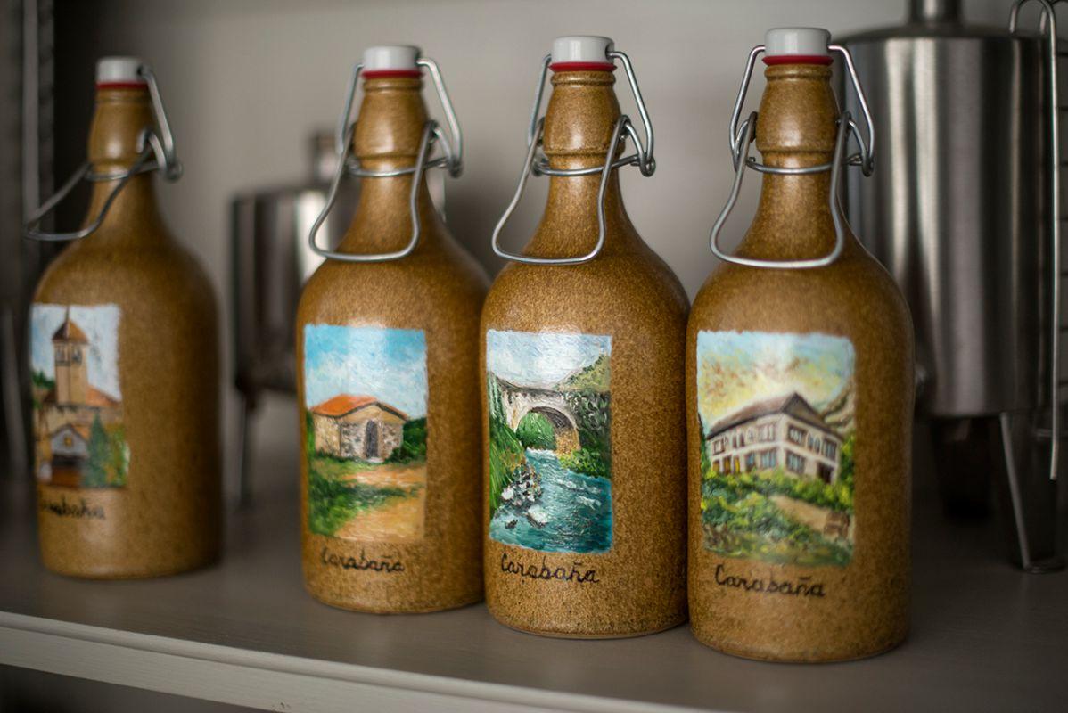 Botellas decoradas con motivos de la huerta, de aceite de oliva extra virgen. Foto: Alfredo Cáliz