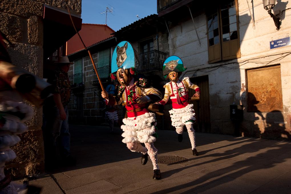 Los peliqueiros corren por las calles de Laza. Nacho Calonge