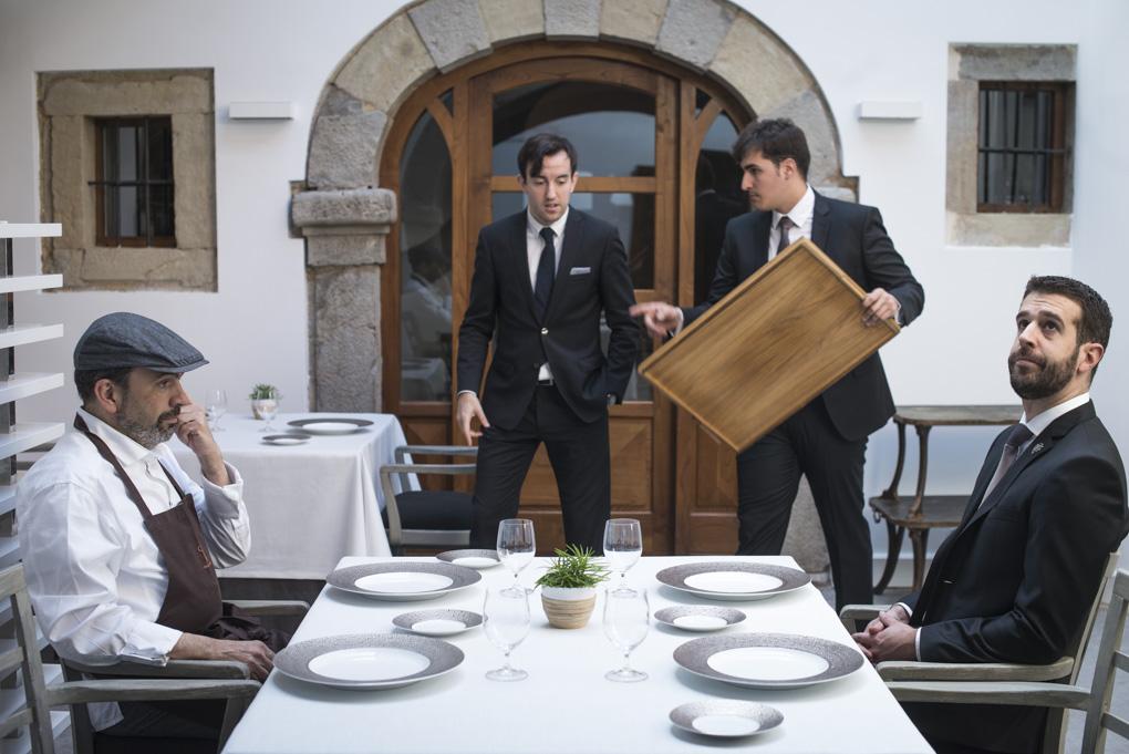 el cocinero y el sumiller del restaurante sentados en una mesa