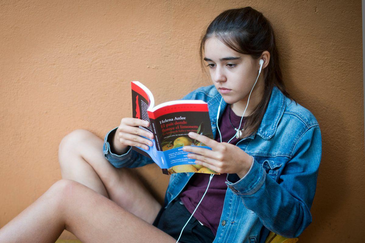 Una joven leyendo El país donde florece el limonero, de Helena Atlee. Foto: Sofía Moro