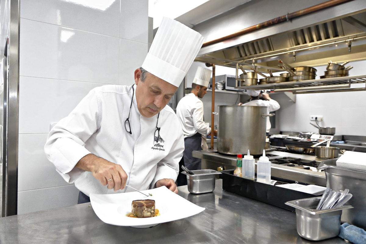 El nuevo chef del restaurante Álbora, en Madrid, emplatando. Foto: Roberto Ranero