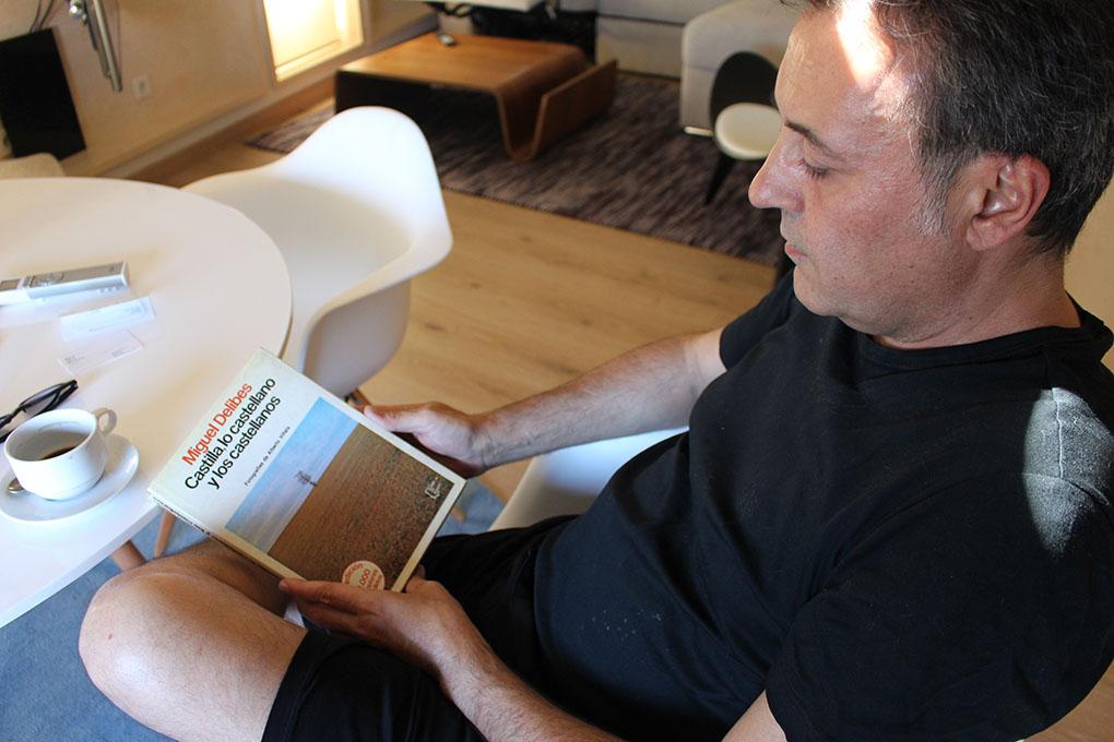 José Ribagorda leyendo. Foto cedida: delascosasdelcomer.com