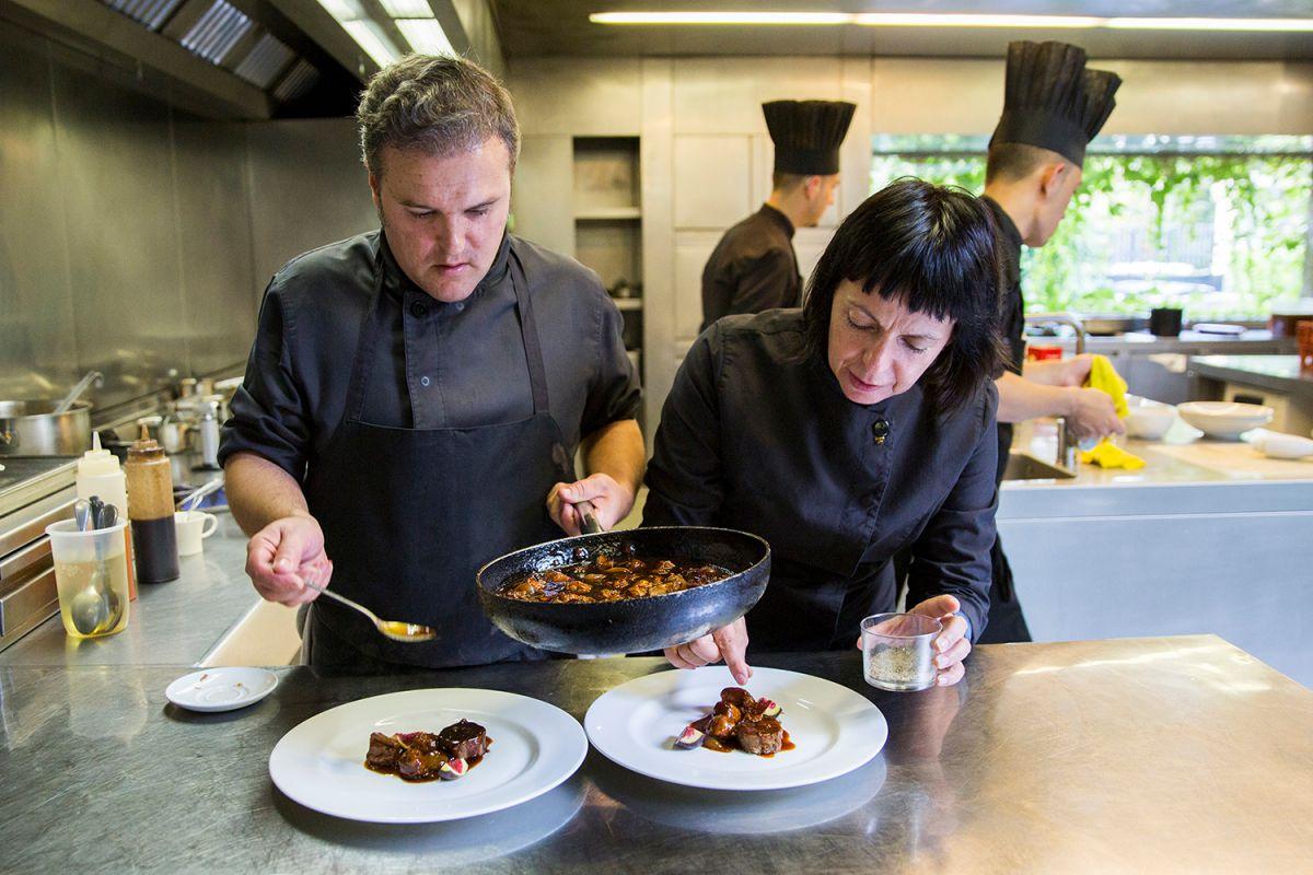 La chef Fina Puigdevall junto a su equipo emplatando. Foto: Kristin Block