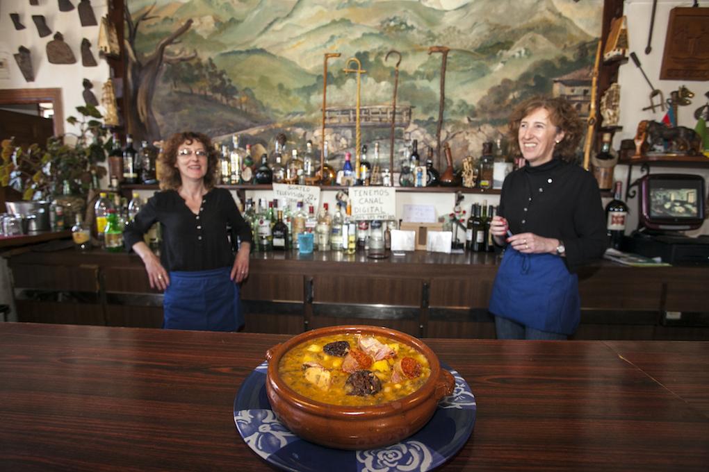 Las hermanas propietarias de Taberna Cossío tras una fuente con cocido montañés