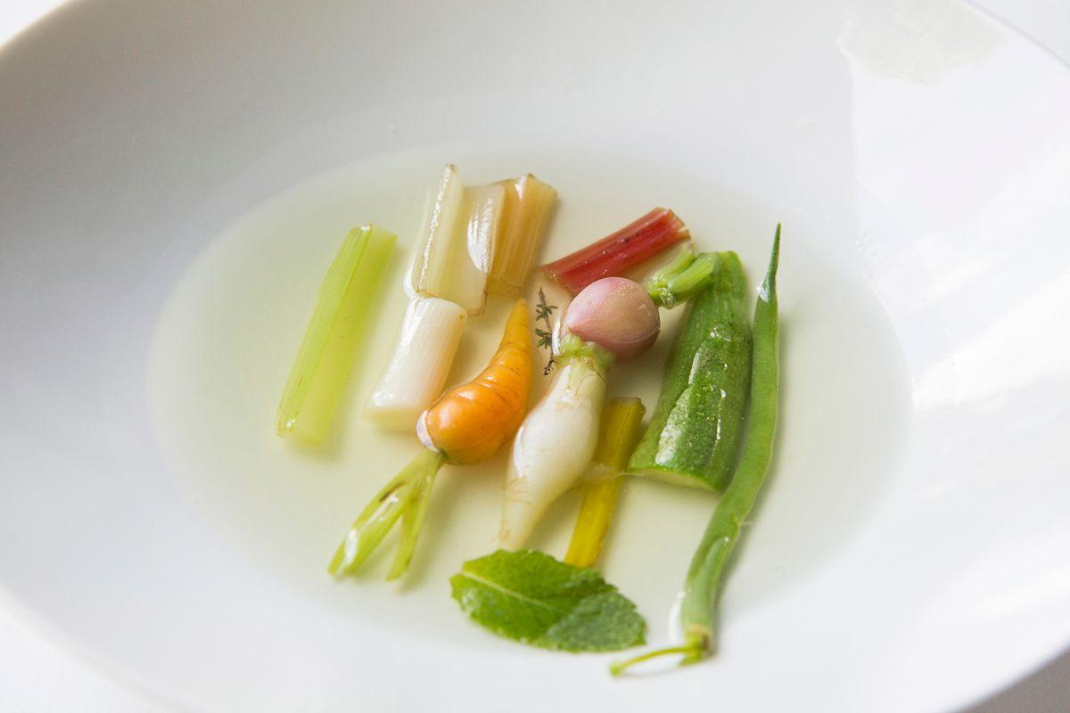 Plato de rábano, apio, puerro y zanahoria. Foto: Kristin Block