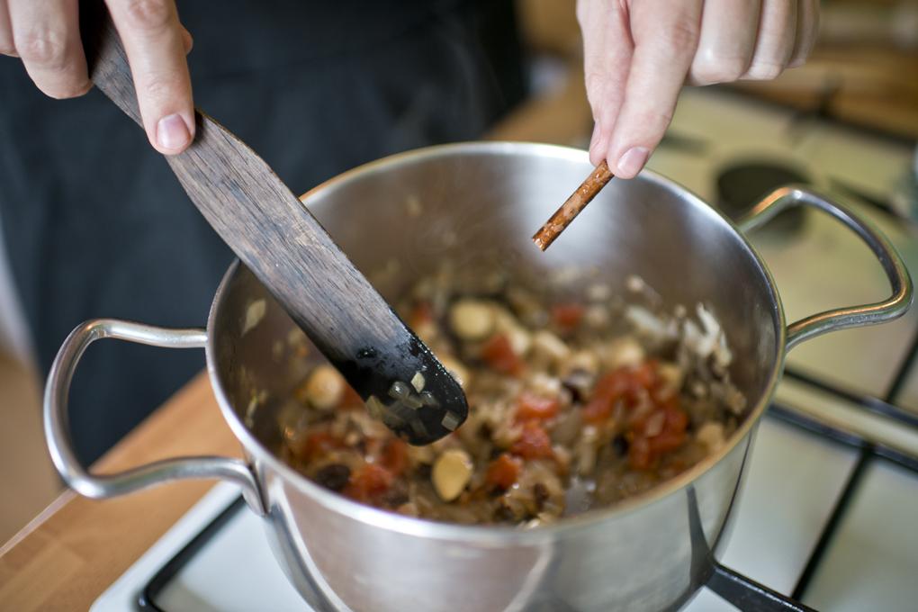 Hoy cocinan ellos: Presa ibérica con chocolate - sofrito sacando la canela. Foto: Sofía Moro