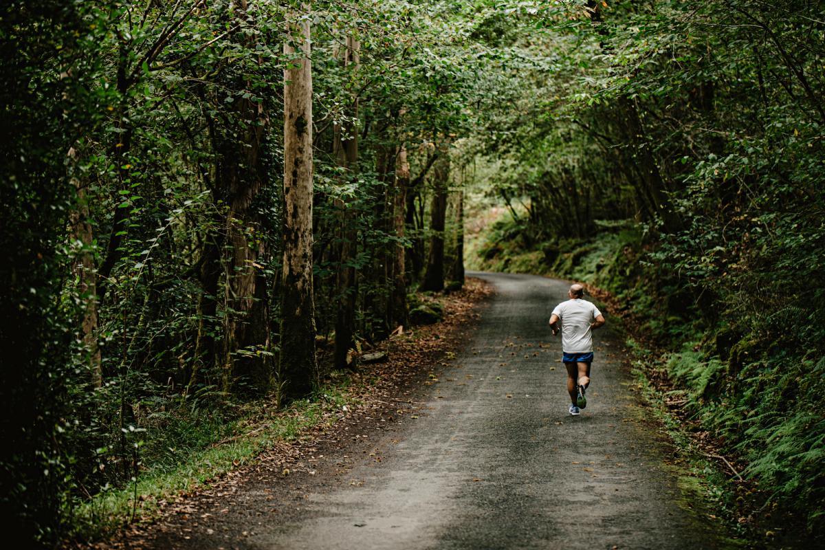 Runner en el bosque