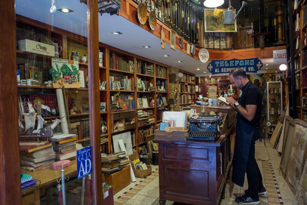 La librería de Rafael Solaz es de otra época. Acumula 15.000 libros en sus estanterías.