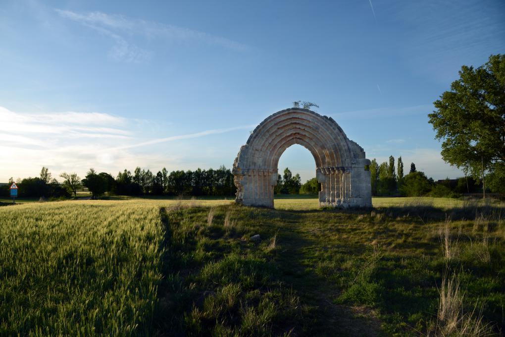 Aquí ya no vive nadie, pero el arco de San Miguel de Mazarreros bien merece una visita.