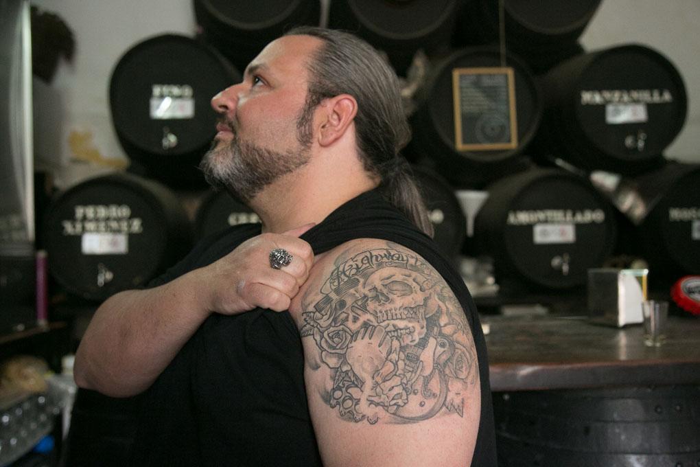 Cristo nos muestra su tatuaje del brazo