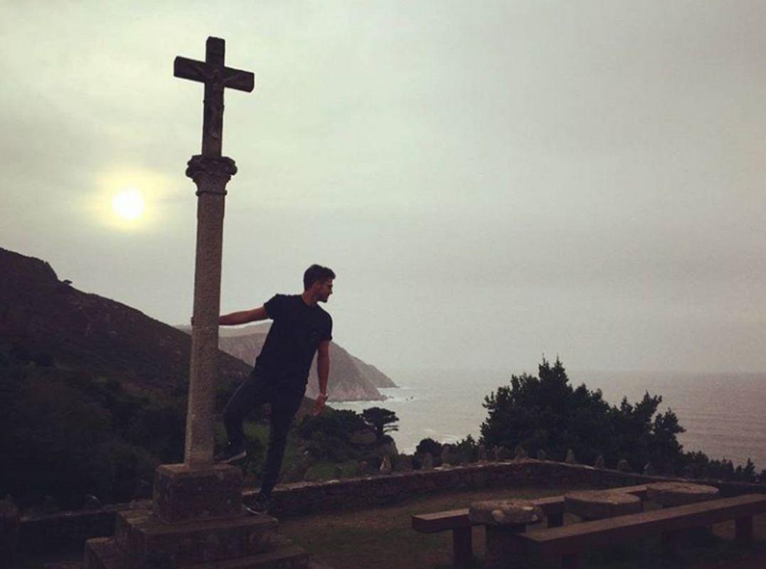 Maxi Iglesias junto a un cruceiro en Galicia. Foto: Facebook