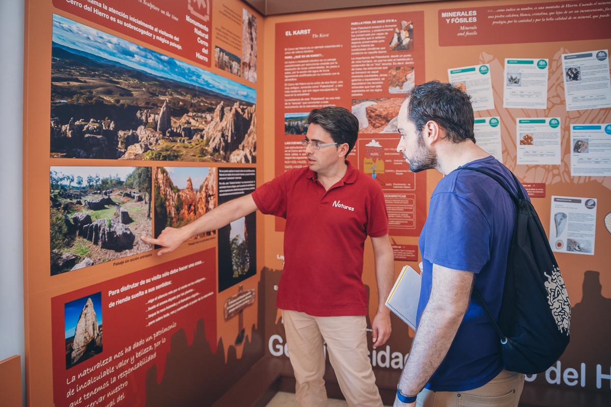 José Manuel Bernabé, de Natures, enseña a un visitante información del parque natural.