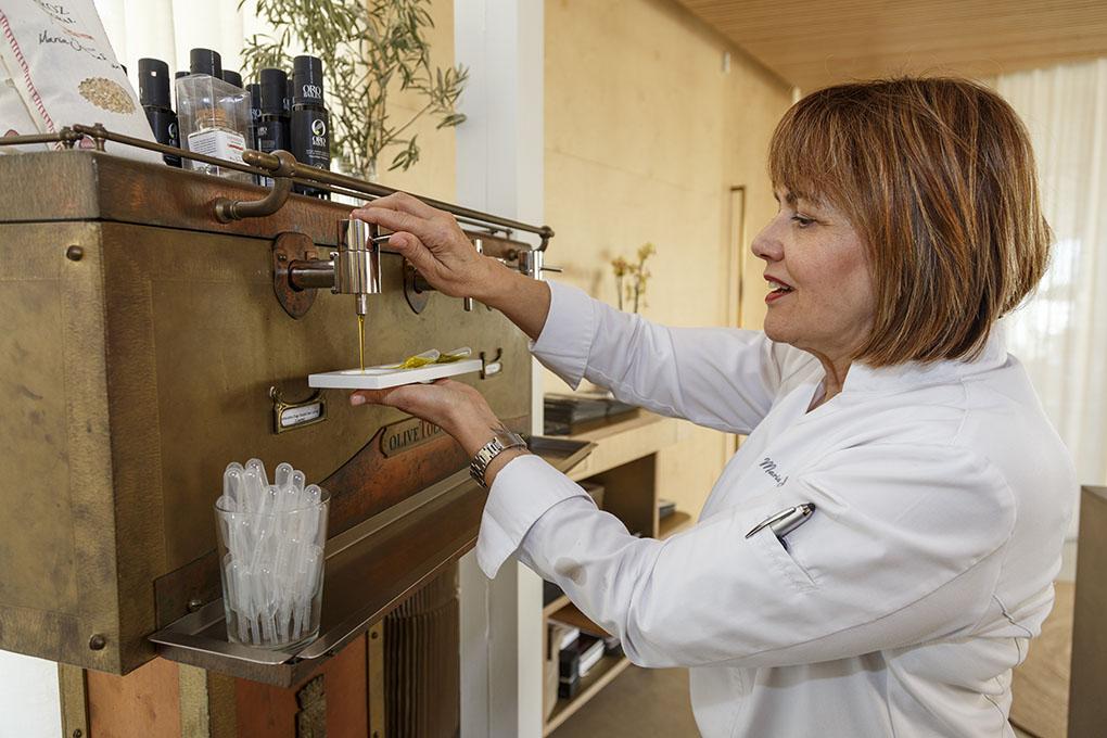 Restaurante Monastrell: María José San Román con su máquina de Olive To Live. Foto: Pepe Olivares.