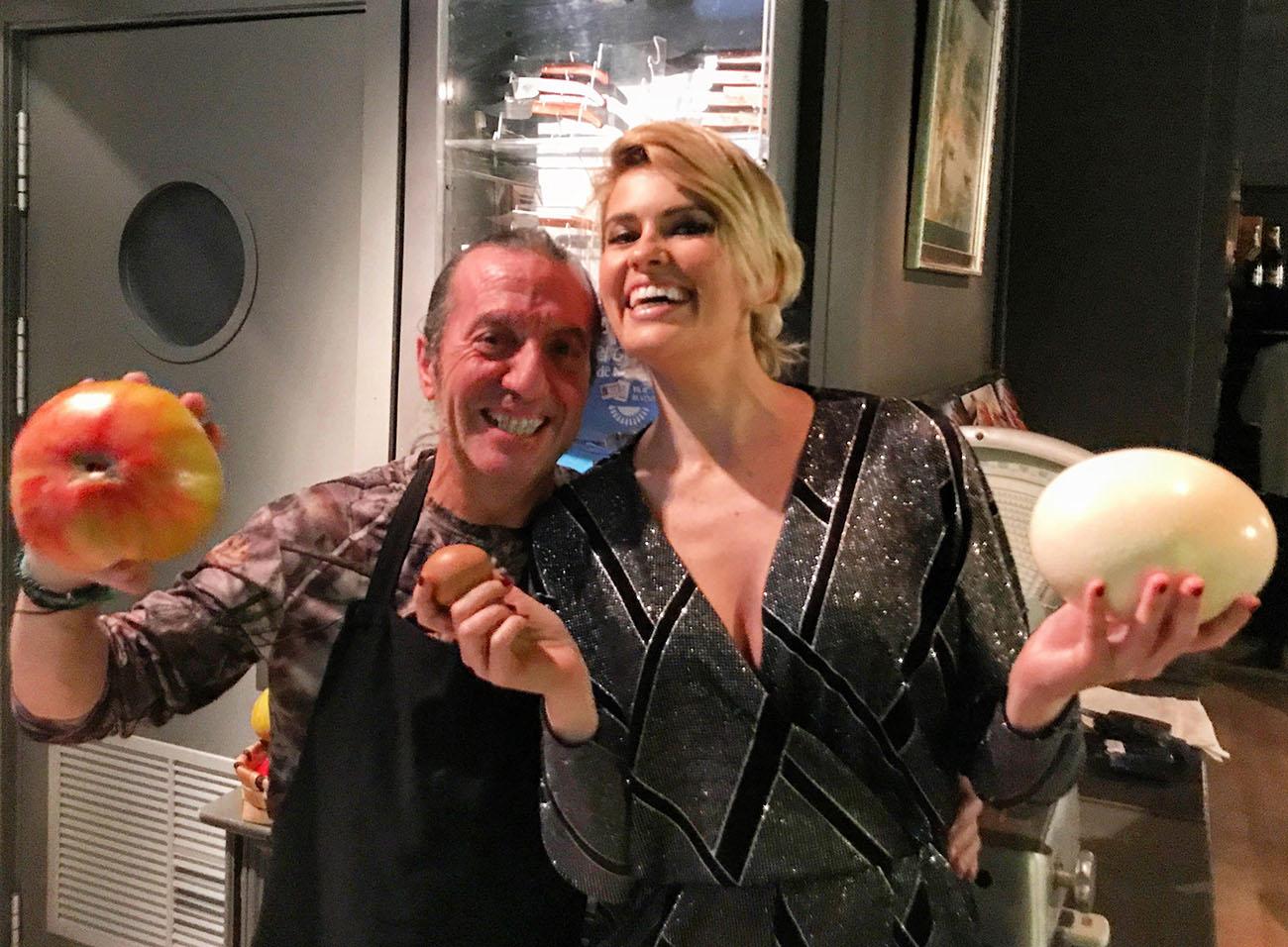 Adriana Abenia junto al chef Floren Domezáin, en la cocina del restaurante de éste en Madrid. Foto cedida.