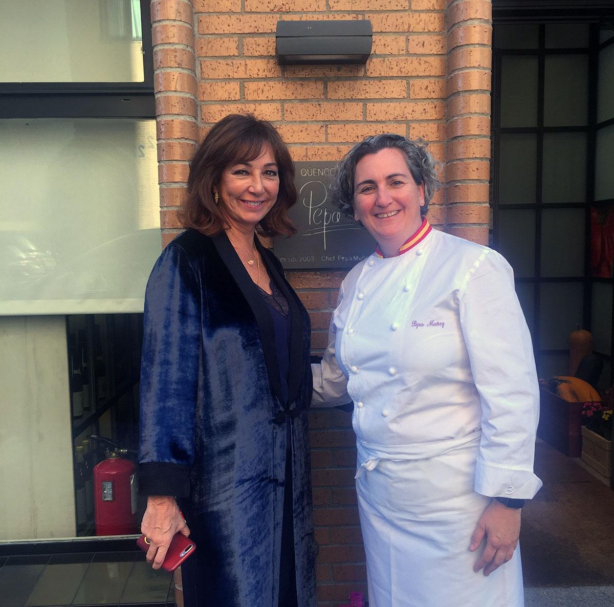 Ana Rosa Quintana y Pepa, de 'El Qüenco de Pepa'. Foto cedida por el restaurante 'El Qüenco de Pepa'.