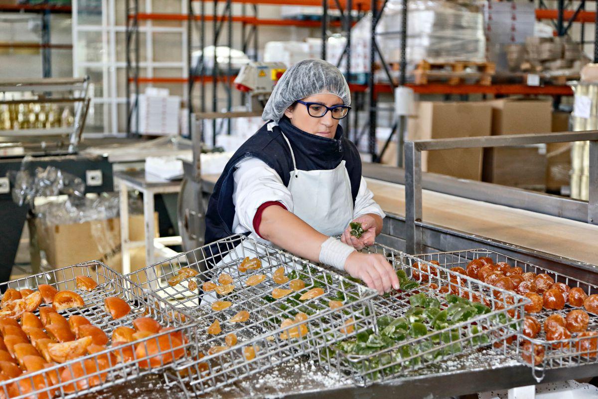 Frutas confitadas 'Francisco Moreno' (Calahorra). Empaquetado de las frutas confitadas. Foto: Roberto Ranero