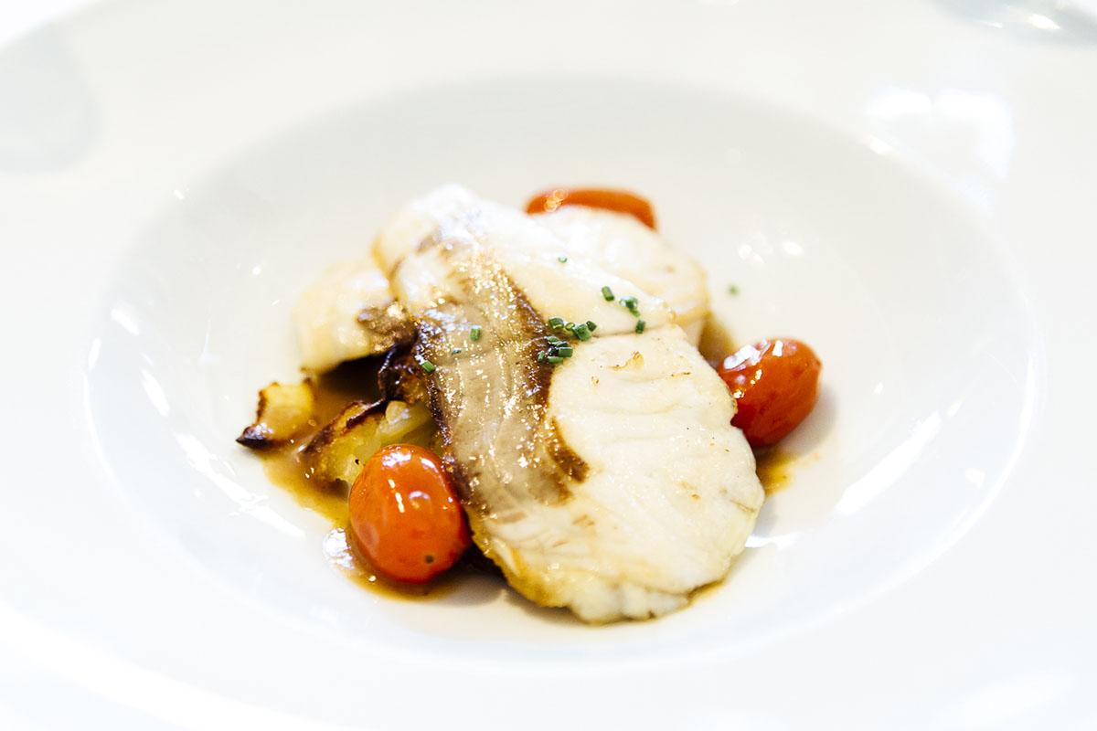 Restaurante Mas dels Arcs (Baix Empordà). Lubina a la plancha con patatas confitadas y cebolla de Figueres. Foto: César Cid.