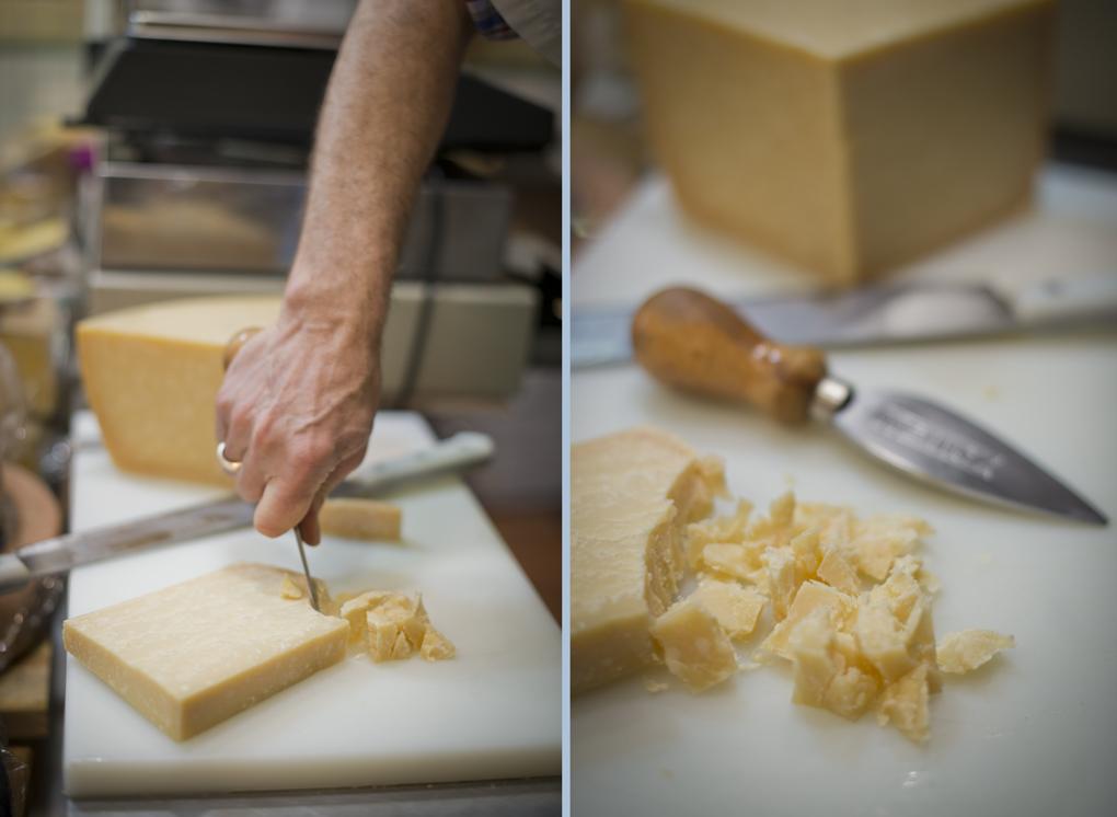 Raúl cortando un queso de pasta dura con un cuchillo de dos mangos