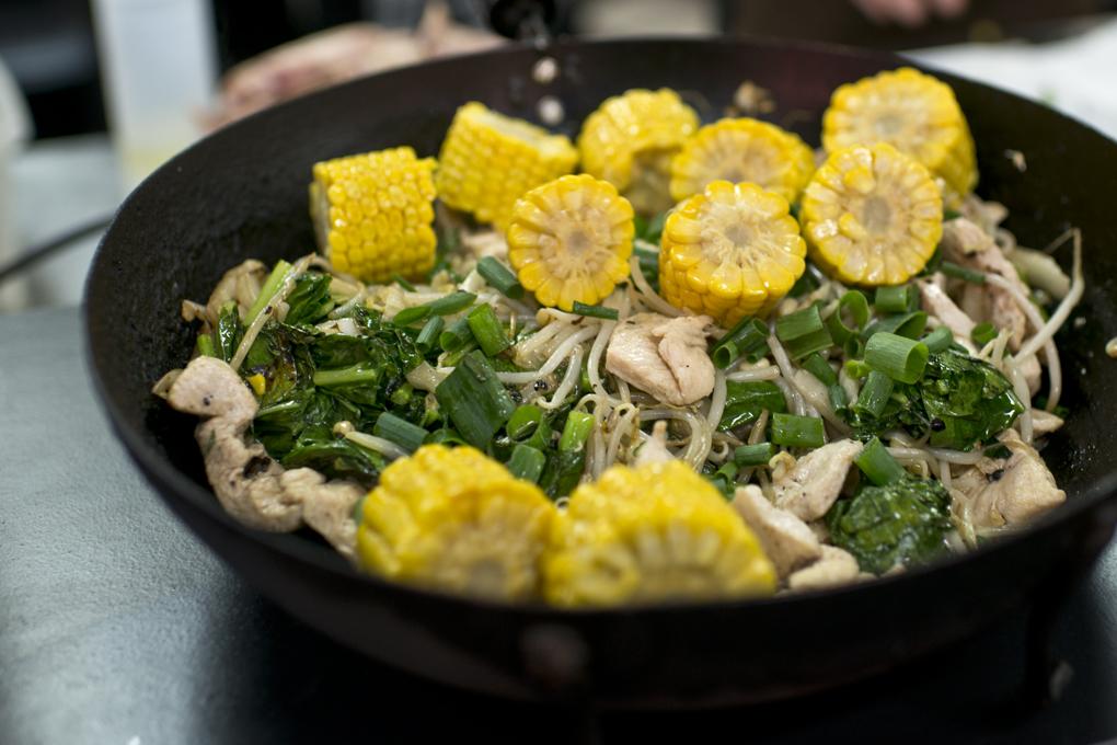 Una refrescante ensalada con maíz y pollo