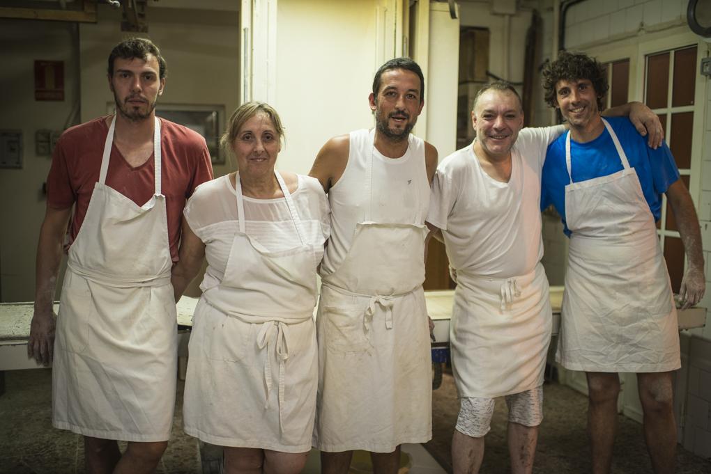 Los cinco miembros del equipo nocturno de la panadería posan a cámara