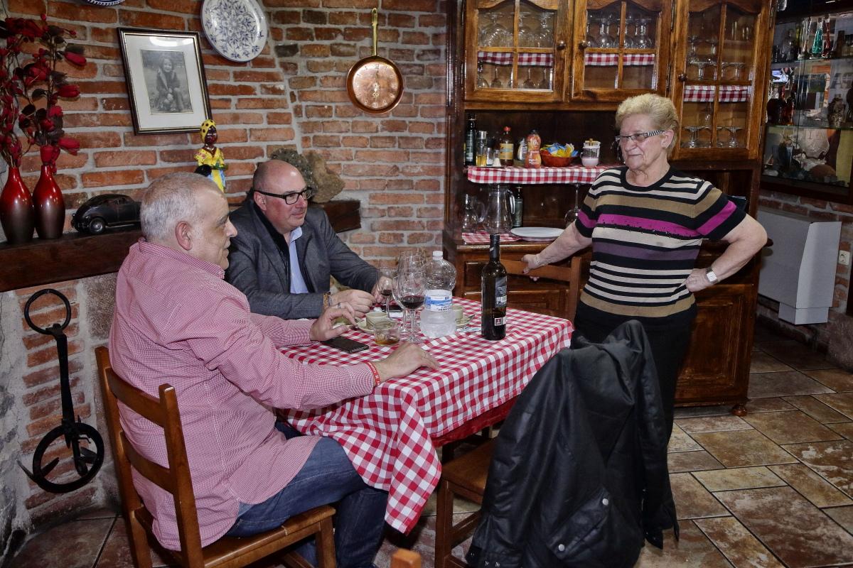 Marisa conversa en el comedor del restaurante con el alcalde del pueblo
