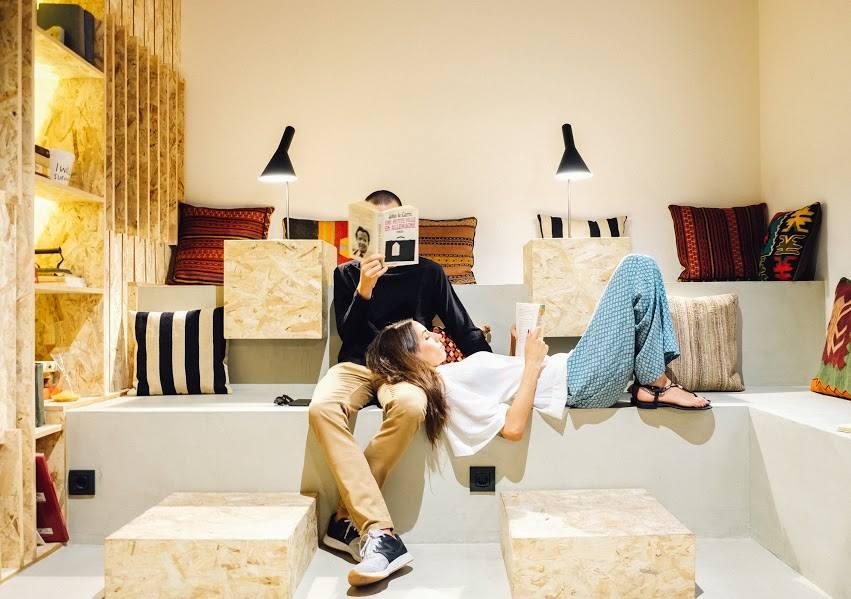 Dos jóvenes leyendo en el hall