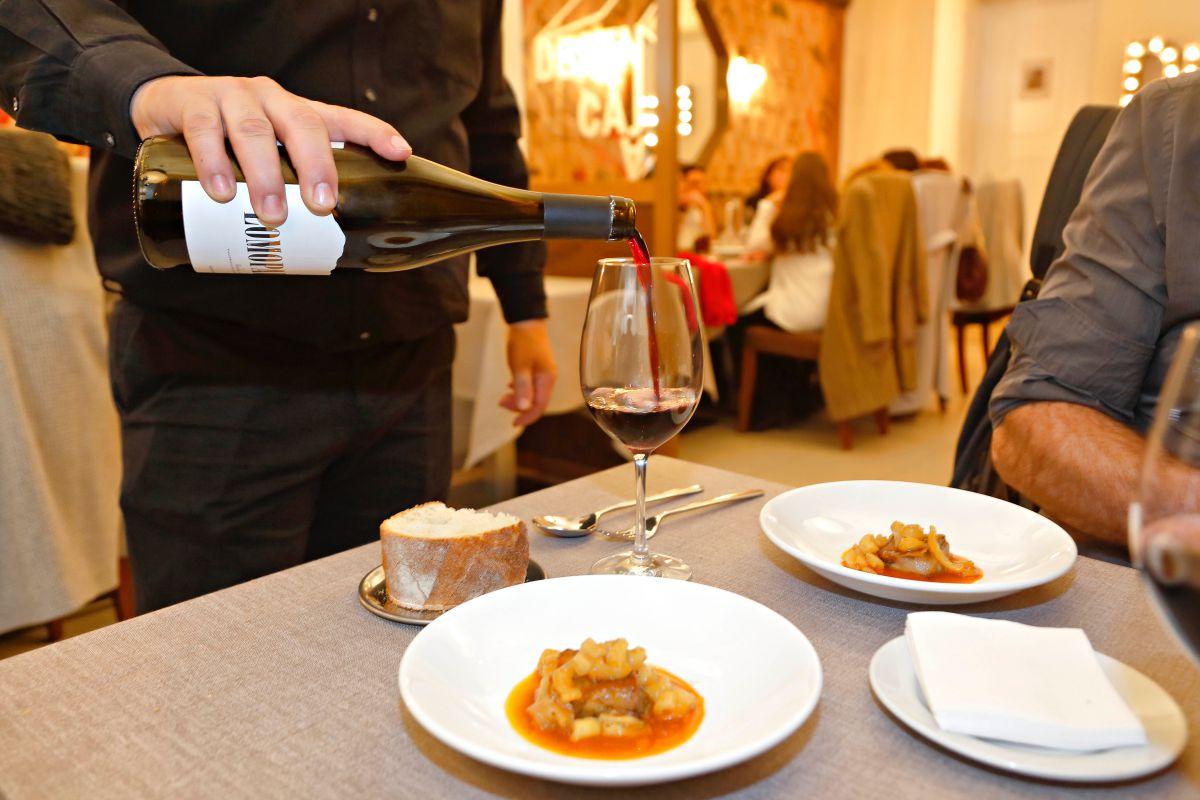 Sirviendo el vino. Foto: Roberto Ranero