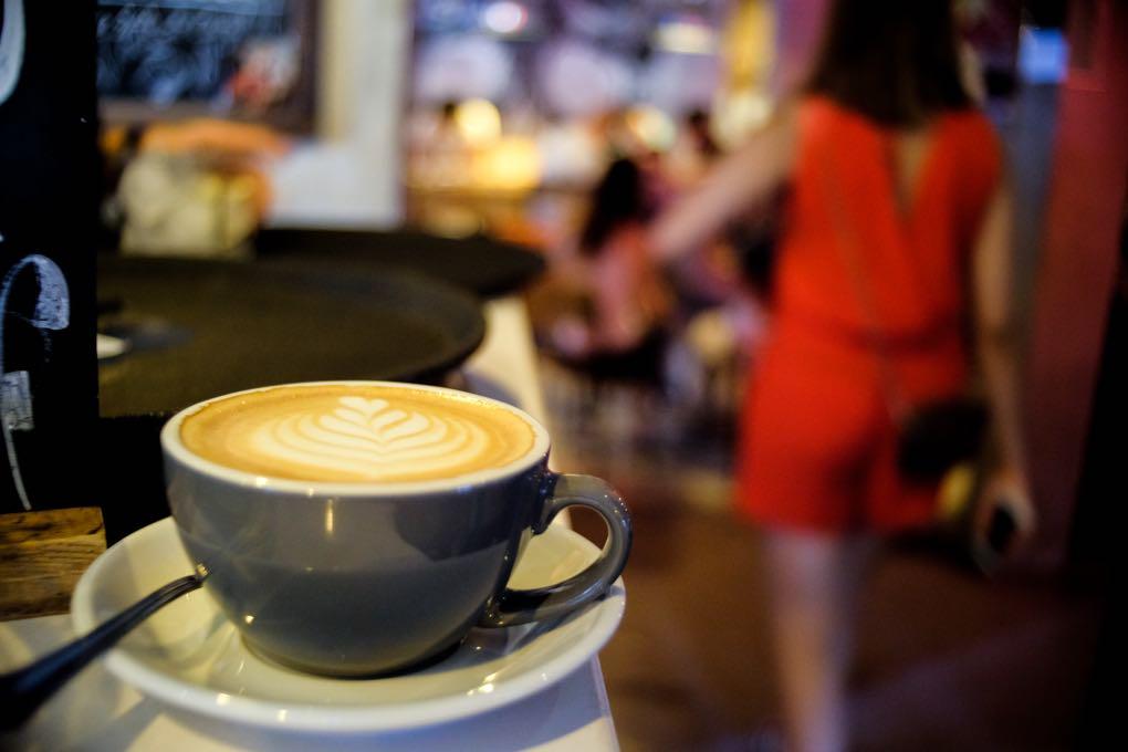 Café La Bicicleta. Barra y entrada con gente. Foto: Alfredo Cáliz