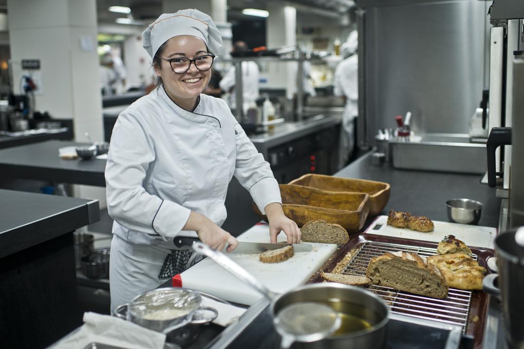 cocinera cortando pan