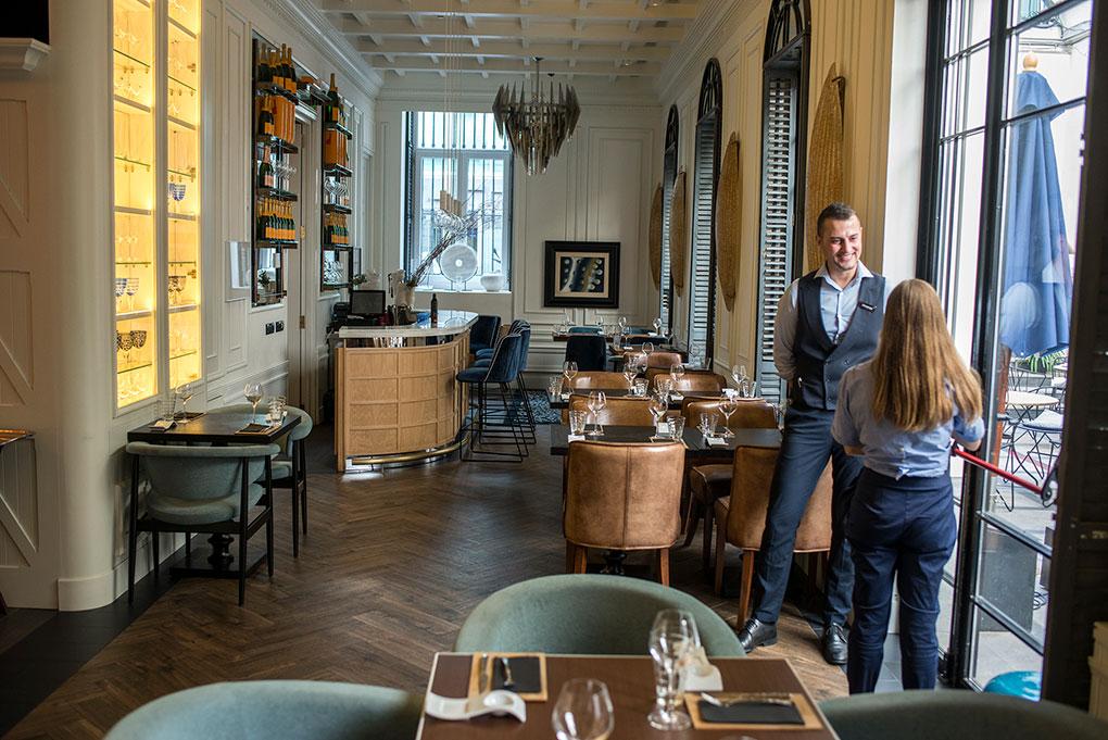 bar restaurante más informal y patio