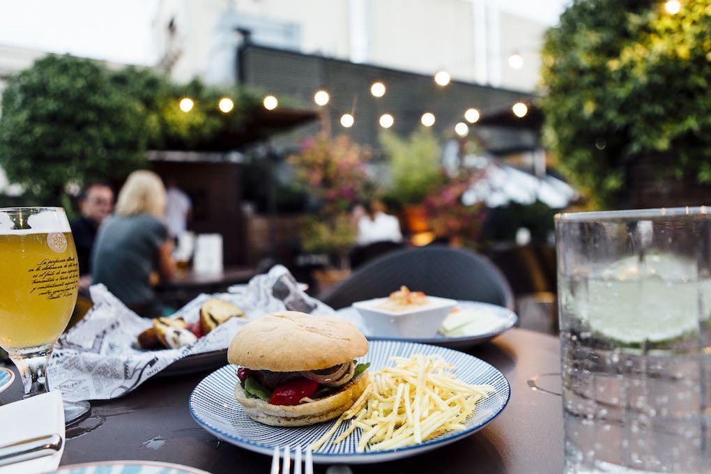 Hamburguesa en la terraza del hotel Neri. Foto: César Cid