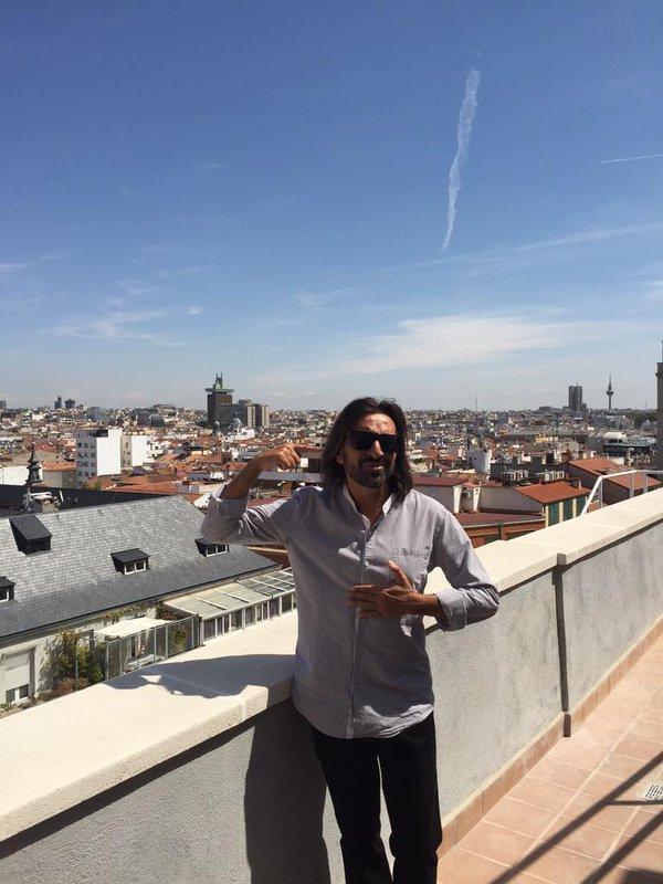 El cantante contempla los tejados de Madrid