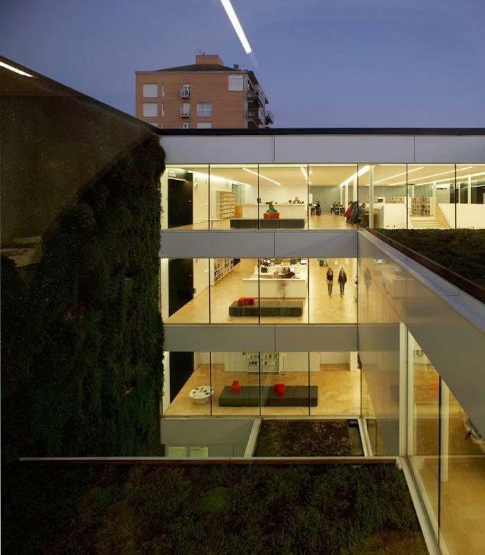 Exterior nocturno de la bilbioteca Carles Rahola en Girona. Foto: Pepo Segura