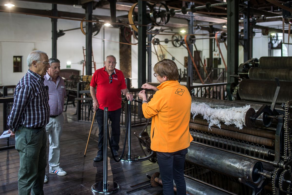 La lana merina en una de las máquinas antiguas. Foto: Alfredo Cáliz