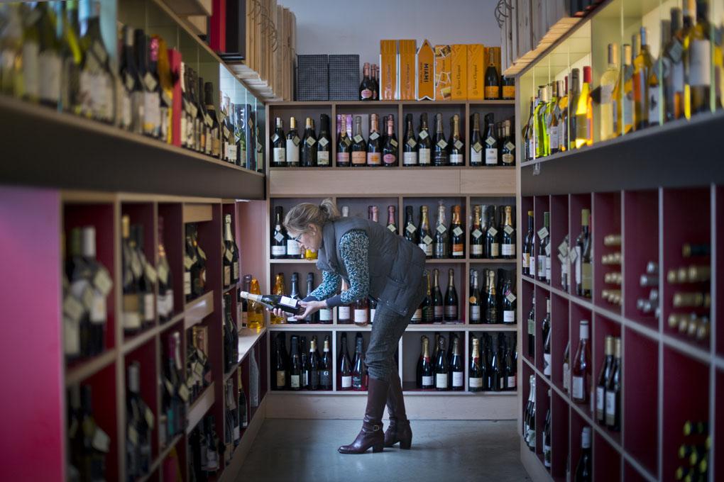 Mujer en una vinoteca
