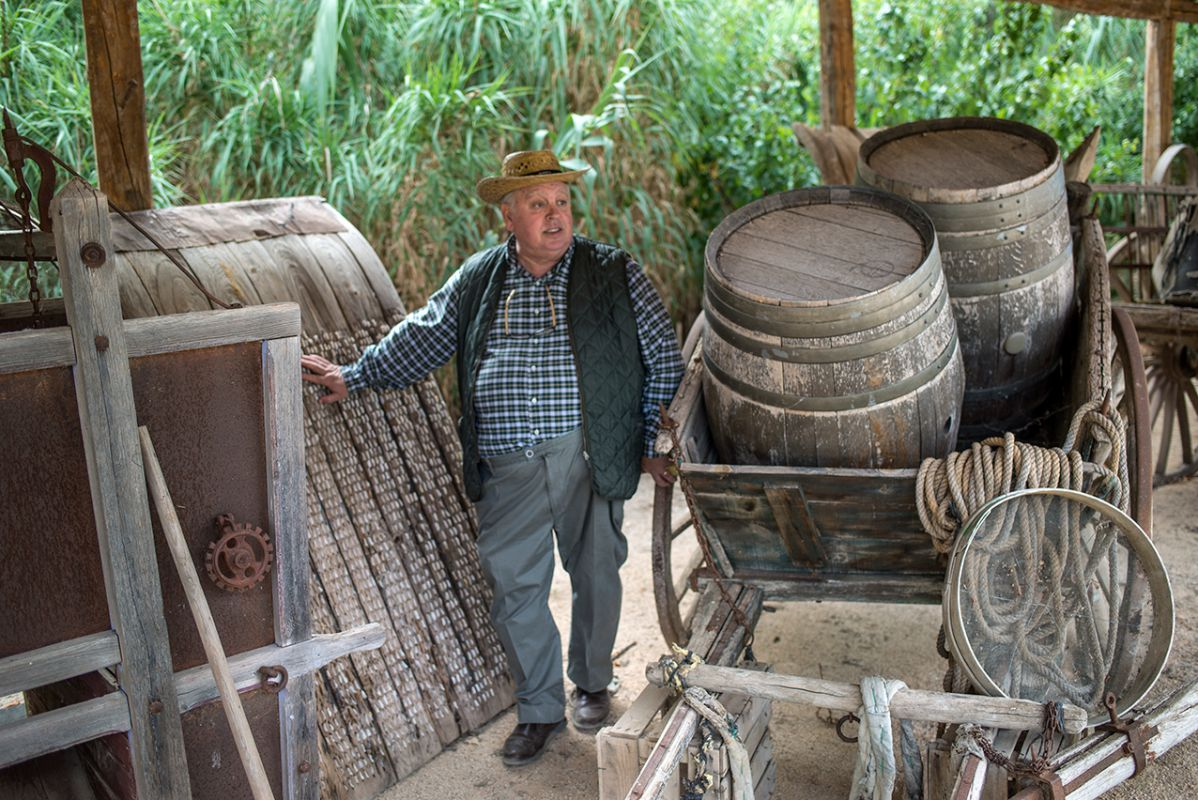 José Cabrera entre toneles de vino y aperos del campo. Foto: Alfredo Cáliz
