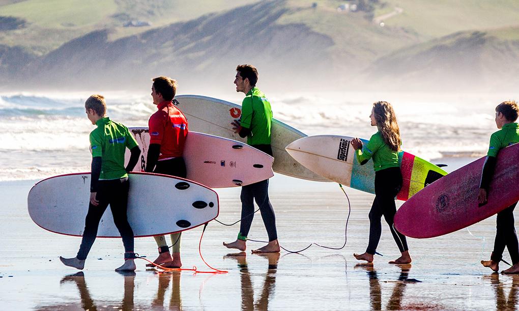 Una clase de surf de la Escuela Buena Onda en San Vicente de la Barquera. Foto: BUENA ONDA