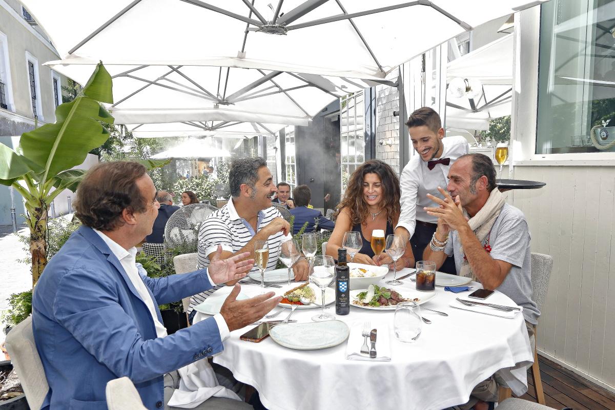 En la terraza de Babelia Café, disfrutando de un almuerzo. Foto: Roberto Ranero