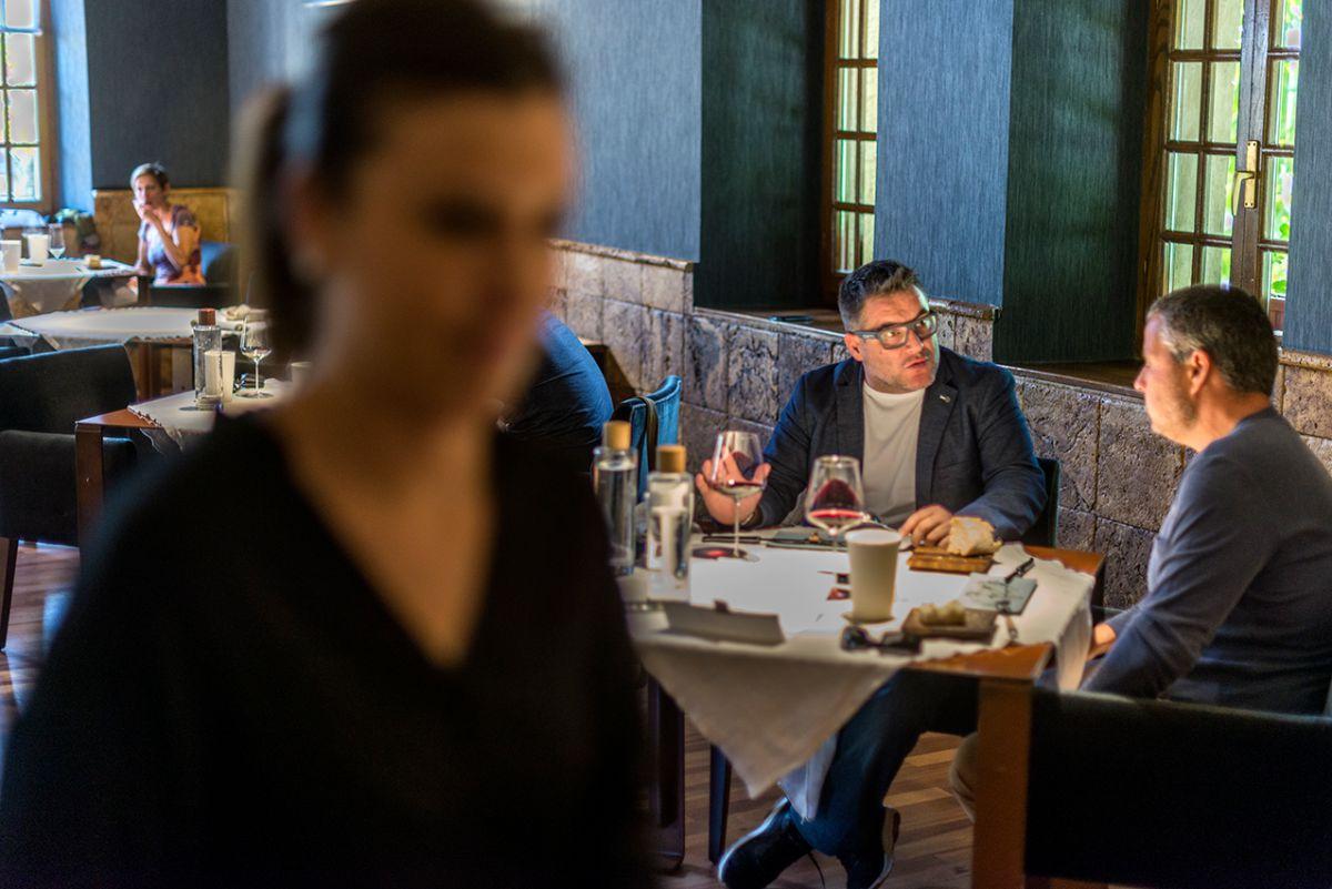 Ambiente en el interior del restaurante Asado Etxebarri. Foto: Alfredo Cáliz