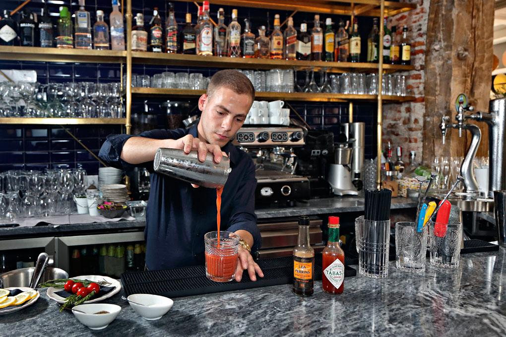 Kevin Pacheco, barman