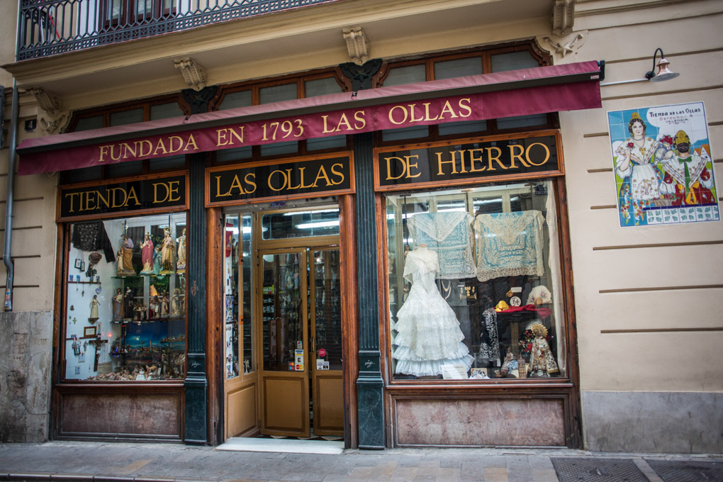 Esta es la fotografiada fachada de la Tienda de las Ollas de Hierro