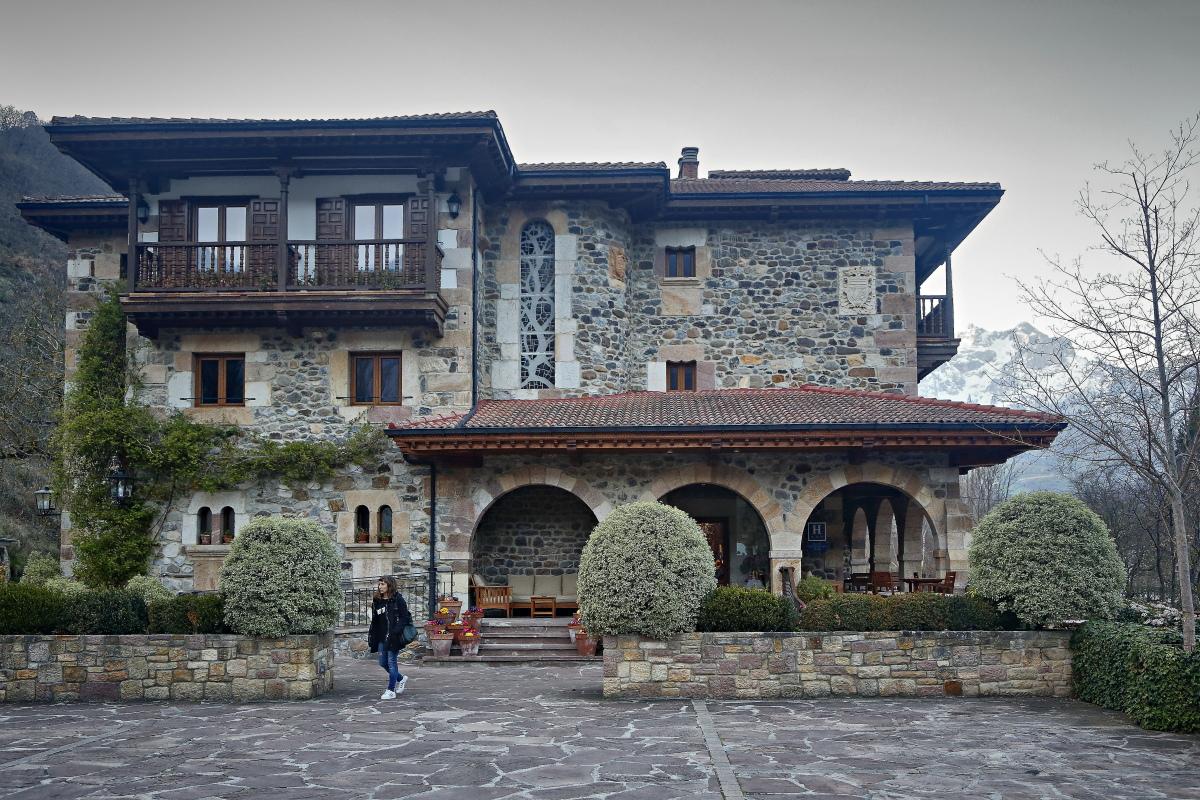 El rústico edificio de piedra del hotel 'El Oso'